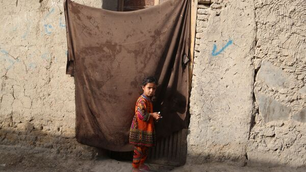 Девочка во временном лагере для пострадавших в результате боевых действий, на одной из улиц Кабула - Sputnik Узбекистан