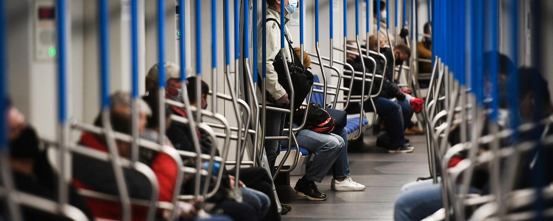 Пассажиры в поезде метро - Sputnik Узбекистан, 1920, 13.07.2021