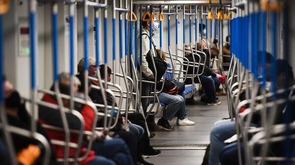 Пассажиры в поезде метро - Sputnik Узбекистан