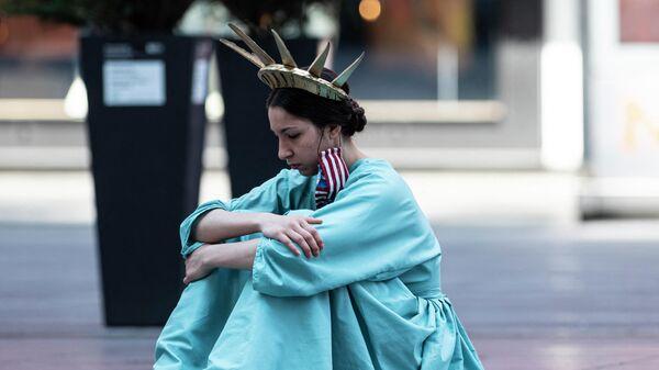 Девушка в костюме Статуи Свободы на Таймс-сквер в Нью-Йорке - Sputnik Узбекистан