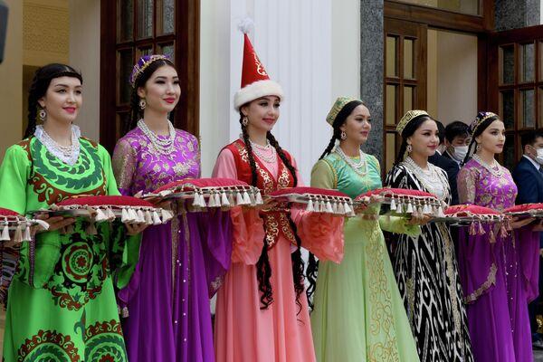 Девушки в национальных костюмах - Sputnik Узбекистан