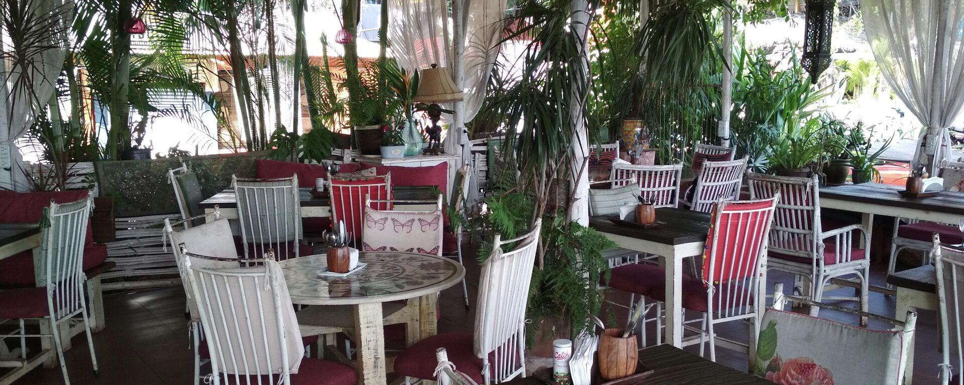 Летняя веранда в кафе - Sputnik Узбекистан, 1920, 18.07.2021