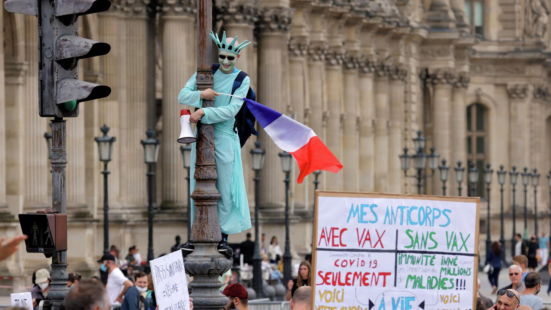 Участники акции протеста против санитарных пропусков в Париже - Sputnik Узбекистан, 1920, 20.07.2021