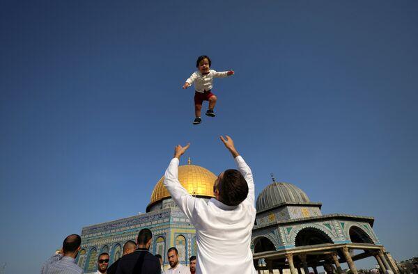 Палестинцы отмечают первый день мусульманского праздника Курбан-хайит на территории Храмовой горы.  - Sputnik Узбекистан