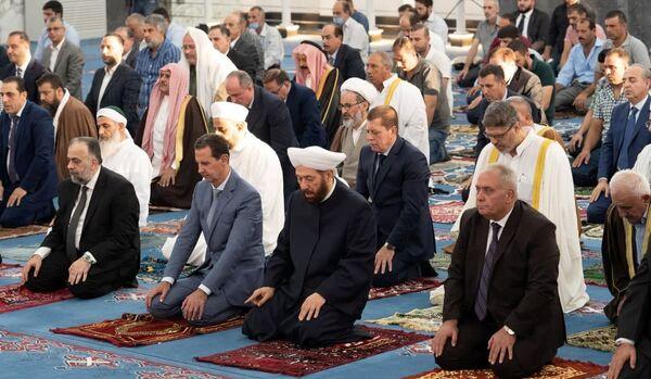 Президент Сирии Башар аль-Асад посещает молитву в честь праздника Ид аль-Адха в мечети Халид бин аль-Валид в районе Халидия города Хомс, Сирия. - Sputnik Узбекистан