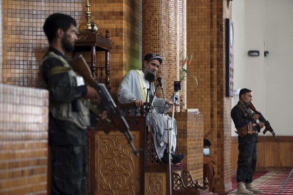 В сопровождении военных священнослужитель ведет проповедь в мечети во время молитвы Курбан-байрам в Кабуле, Афганистан.  - Sputnik Узбекистан