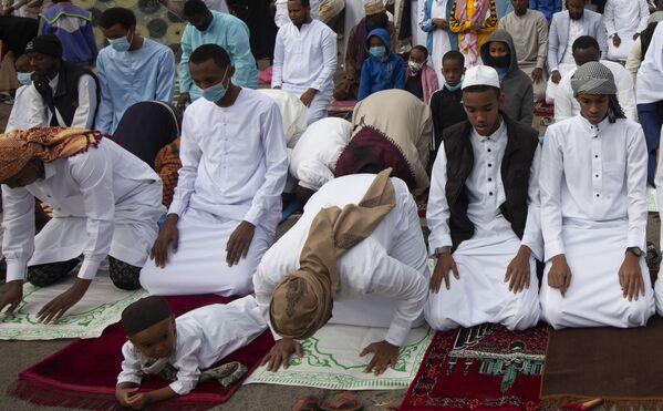 Мусульмане разных поколений собираются на молитву, чтобы отпраздновать Ид аль-адха в Найроби, Кения. - Sputnik Узбекистан