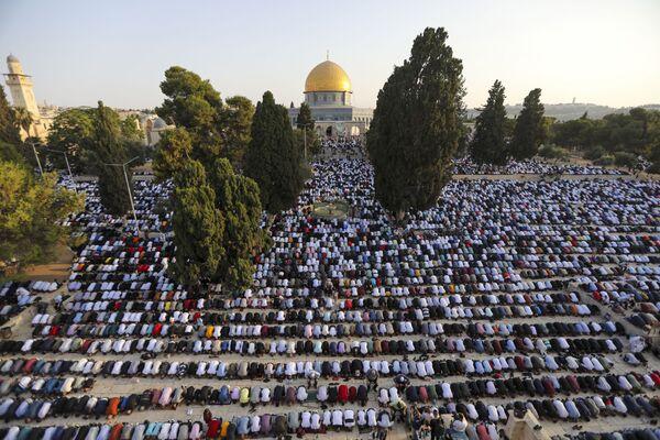 Десятки тысяч верующих мусульман посещают молитву Ид аль-адха рядом с мечетью аль-Акса в Старом городе Иерусалима. - Sputnik Узбекистан