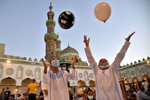 Дети играют в мяч после праздничной молитвы в мечети аль-Азхар в Каире, Египет. - Sputnik Узбекистан
