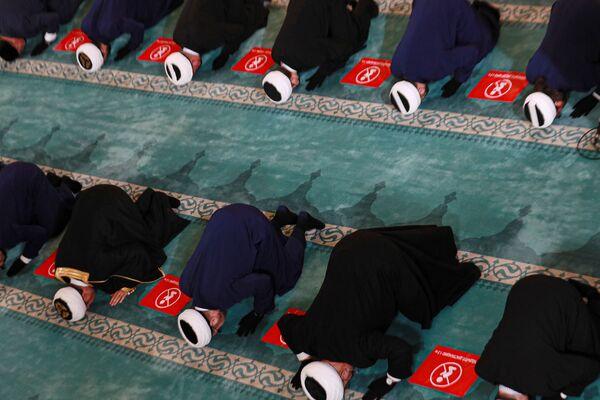 Верующие во время богослужения в честь праздника Курбан-хайит в Московской соборной мечети. - Sputnik Узбекистан