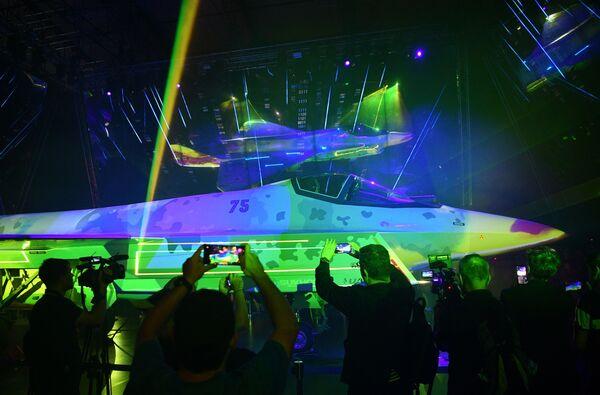 Самолет сможет выполнять групповые действия с пилотируемыми и беспилотными машинами, объединенными в одну схему. - Sputnik Узбекистан