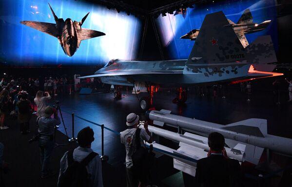 На презентации продемонстрировали компьютерную графику с вариантом применения звена Checkmate. В полете каждый истребитель выбросил из внутрифюзеляжных отсеков беспилотные летательные аппараты, выполненные в форм-факторе крылатых ракет. Дроны продолжили полет совместно с группой пилотируемых истребителей. - Sputnik Узбекистан
