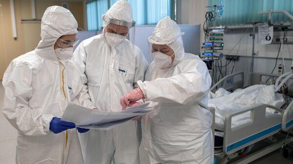 Meditsinskiye rabotniki v otdelenii reanimatsii i intensivnoy terapii v gospitale dlya bolnыx COVID-19 - Sputnik Oʻzbekiston