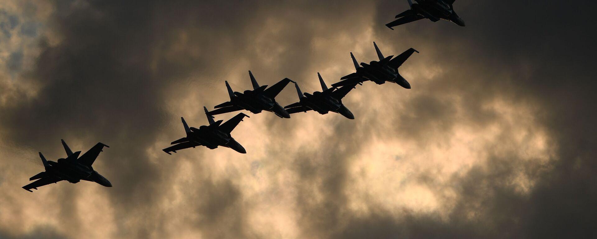 Пилотажная группа Русские витязи на самолетах Су-30СМ  во время выполнения летной программы на МАКС-2021 - Sputnik Узбекистан, 1920, 29.07.2021