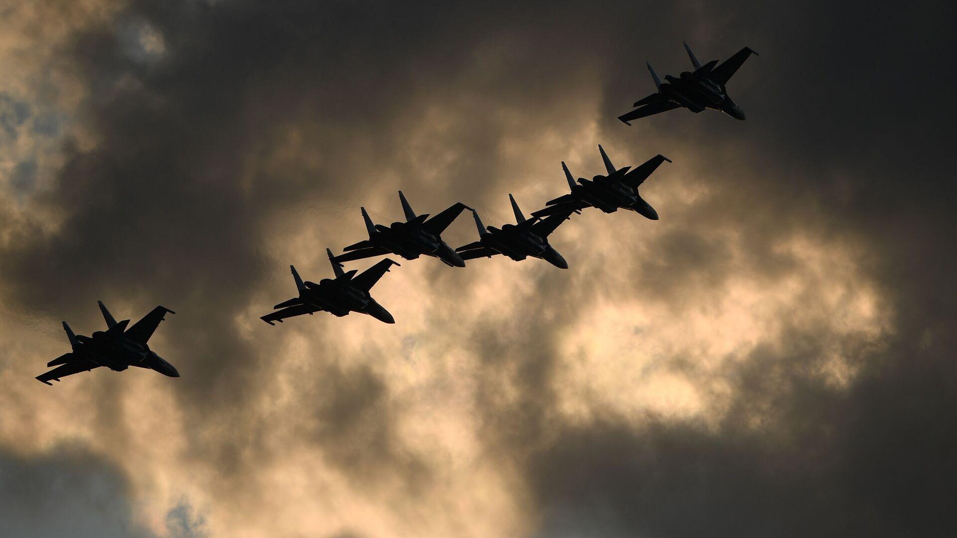 Пилотажная группа Русские витязи на самолетах Су-30СМ  во время выполнения летной программы на МАКС-2021 - Sputnik Ўзбекистон, 1920, 29.07.2021