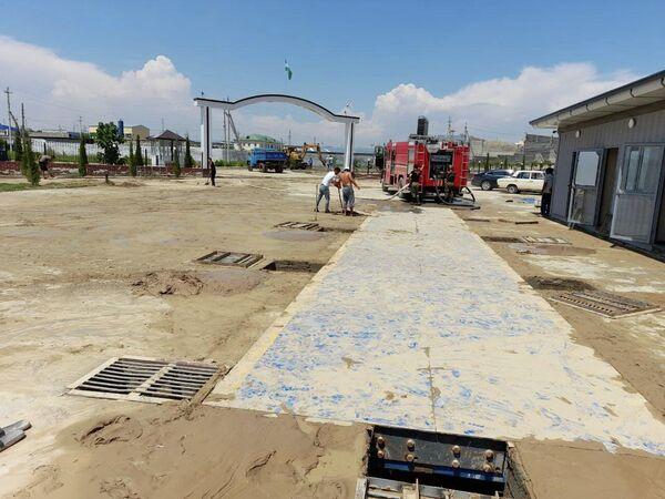 Последствия разгула стихии ликвидируют сотрудники МЧС и МВД, а также 80 техников и 584 рабочих из партнерских организаций. - Sputnik Узбекистан