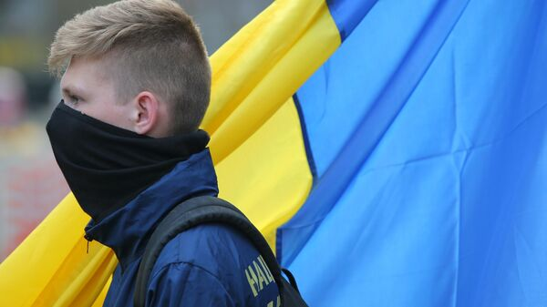 Molodoy chelovek na fone ukrainskogo flaga - Sputnik Oʻzbekiston