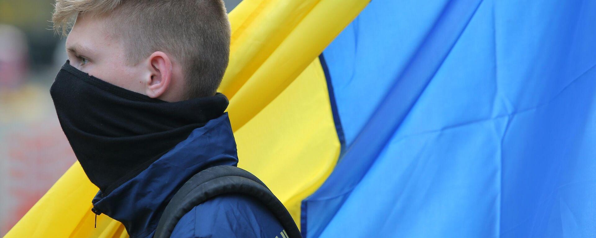 Молодой человек на фоне украинского флага - Sputnik Ўзбекистон, 1920, 25.08.2021