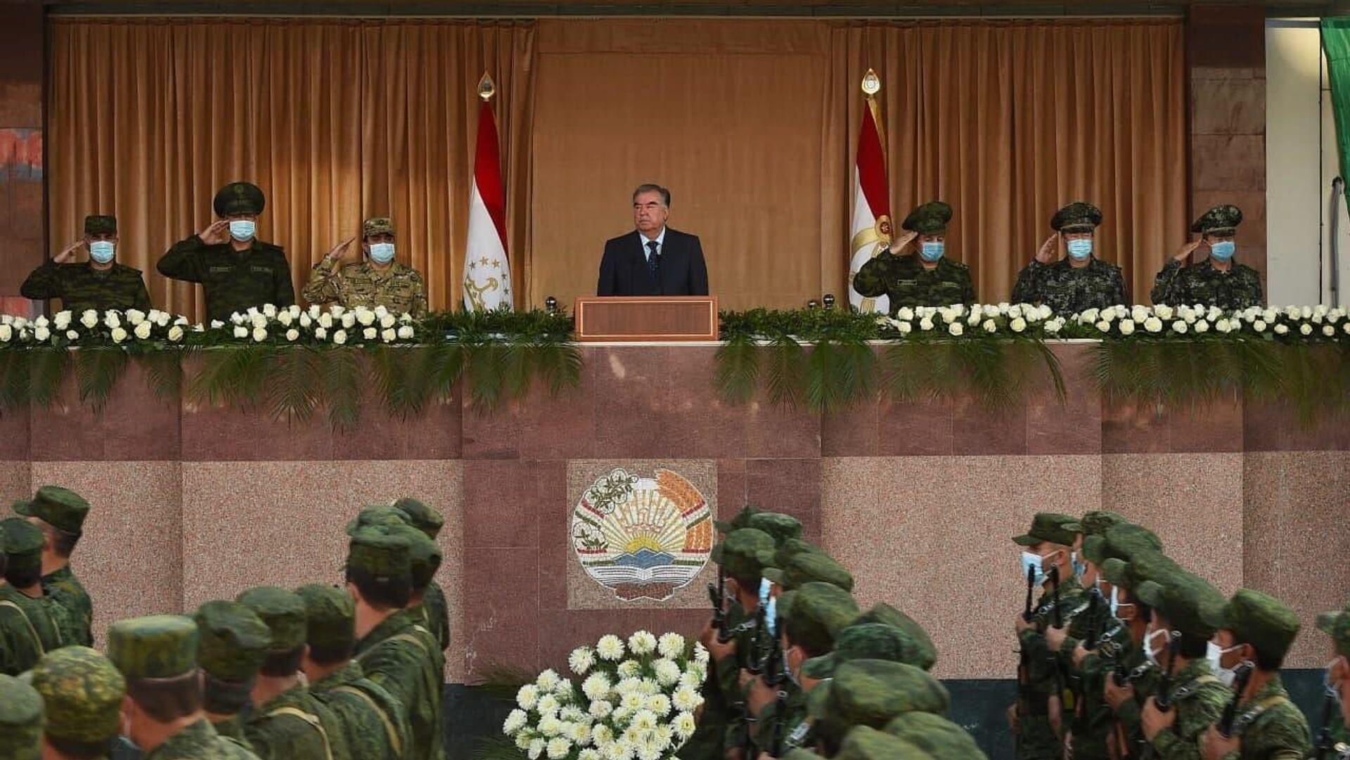 Эмомали Рахмон выступил перед военнослужащими Вооруженных сил и правоохранительных органов Таджикистана - Sputnik Узбекистан, 1920, 22.07.2021