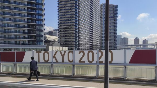 Мужчина идет по одной из улиц в Токио - Sputnik Узбекистан