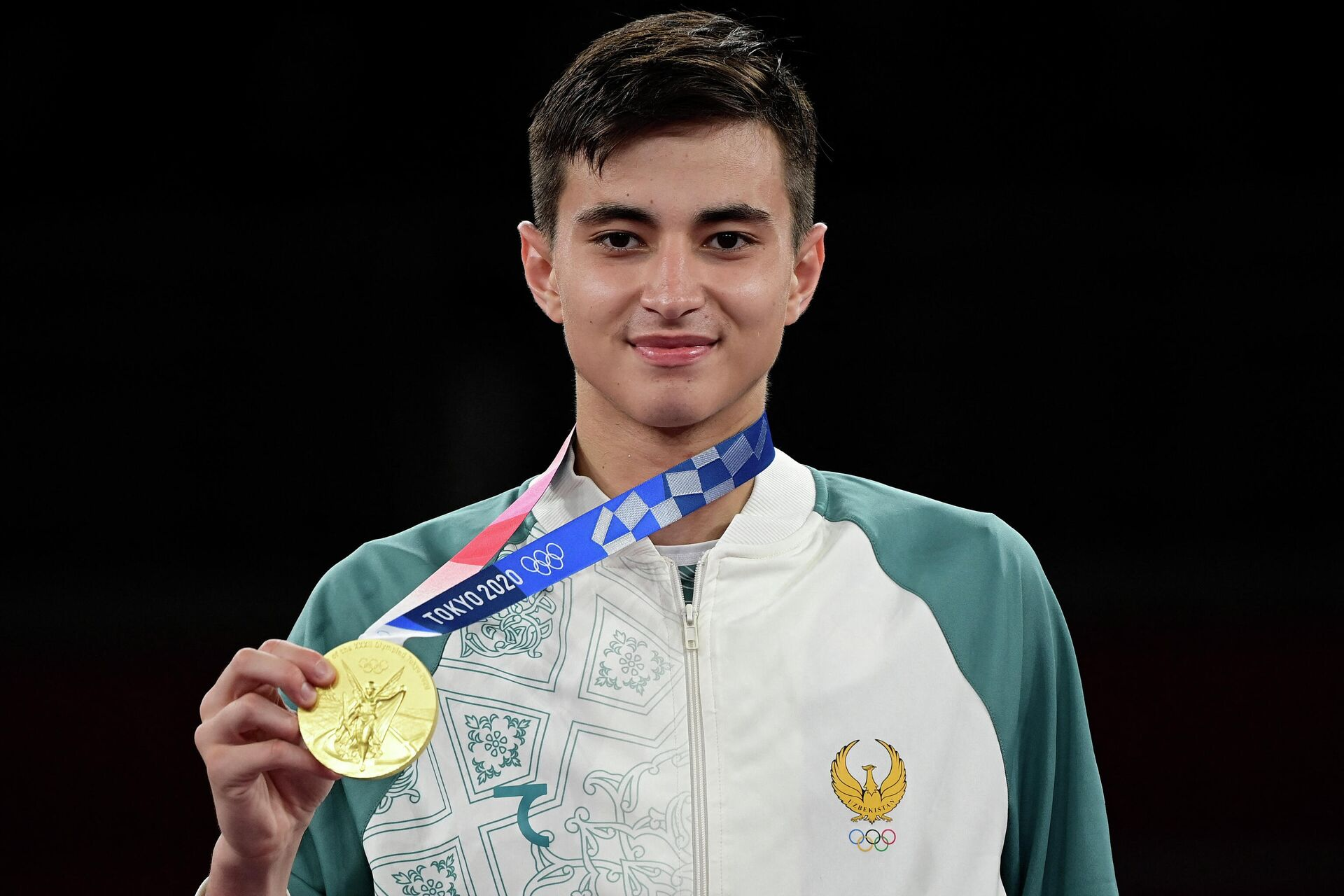 Улугбек Рашитов демонстрирует золотую медаль - Sputnik Узбекистан, 1920, 26.07.2021