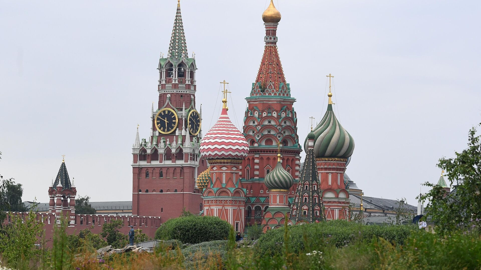 Покровский собор и Спасская башня Кремля. - Sputnik Ўзбекистон, 1920, 08.10.2021