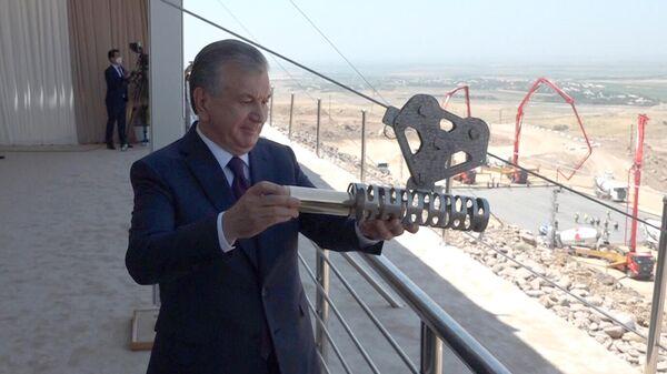 Шавкат Мирзиёев заложил капсулу в основание третьей медно-обогатительной фабрики - Sputnik Узбекистан