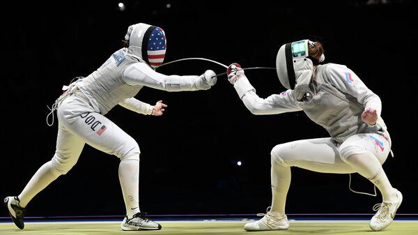 Слева направо: Жаклин Дубрович (США) российская спортсменка, член сборной России (команда ОКР) по фехтованию Марта Мартьянова в полуфинальном поединке по фехтованию на рапирах во время командного первенства среди женщин на XXXII летних Олимпийских играх в Токио.  - Sputnik Узбекистан