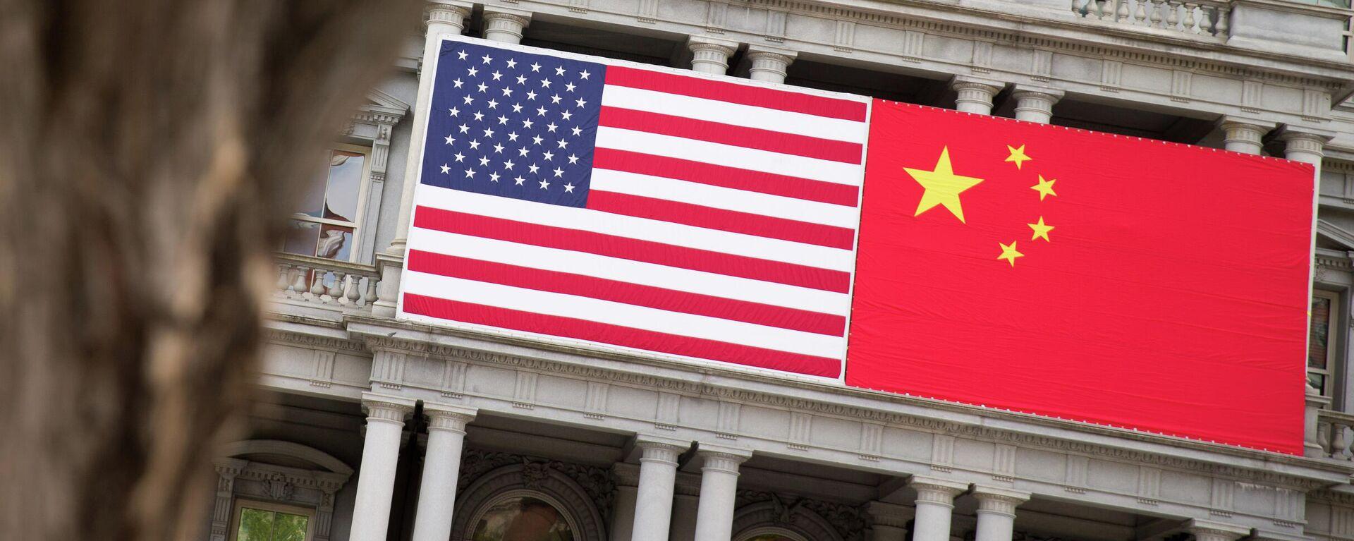 Флаги США и Китая - Sputnik Узбекистан, 1920, 02.08.2021