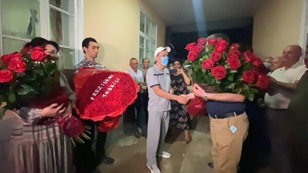 Вручение подарка от президента матери Акбара Жураева - Sputnik Ўзбекистон