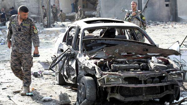 Солдат Афганской национальной армии (АНА) за месте ночного взрыва заминированного автомобиля в Кабуле, Афганистан 4 августа 2021 года - Sputnik Узбекистан