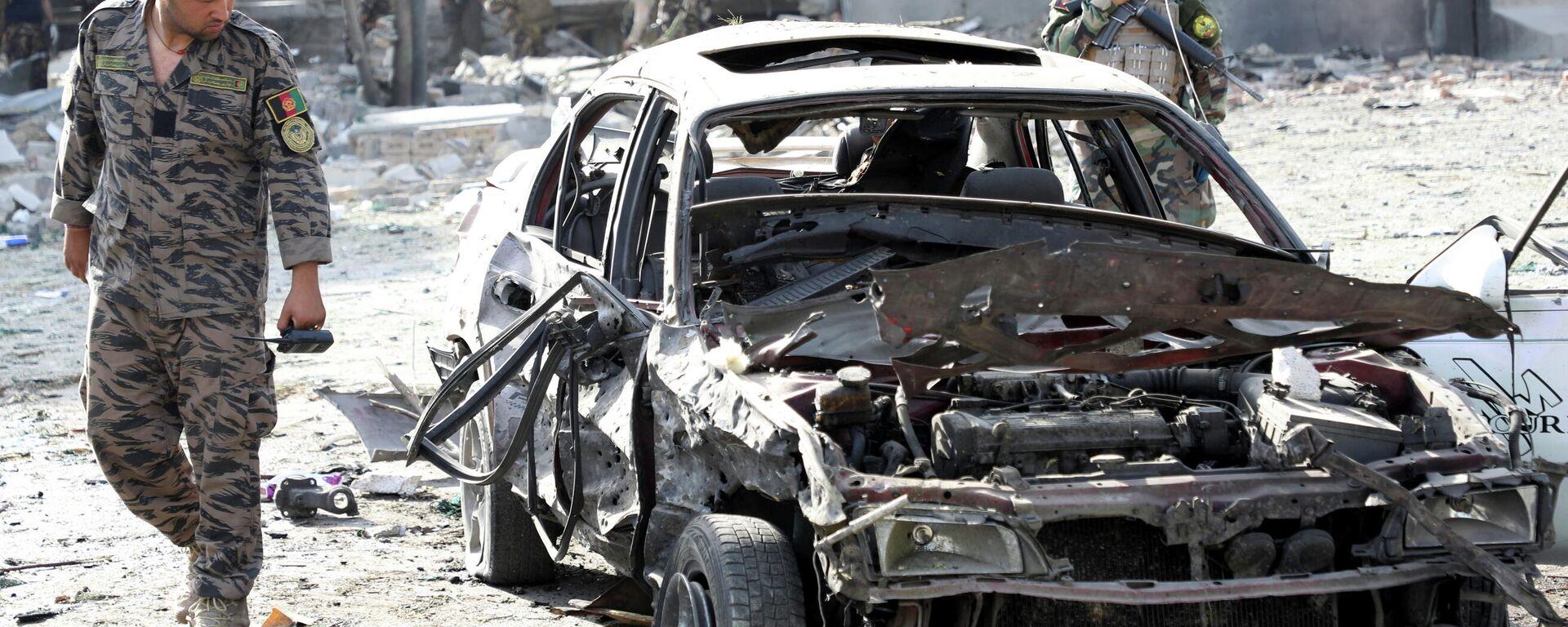 Солдат Афганской национальной армии (АНА) за месте ночного взрыва заминированного автомобиля в Кабуле, Афганистан 4 августа 2021 года - Sputnik Узбекистан, 1920, 04.08.2021