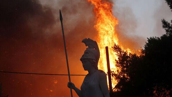 Статуя Афины на фоне природных пожаров в северном пригороде Афин  - Sputnik Узбекистан
