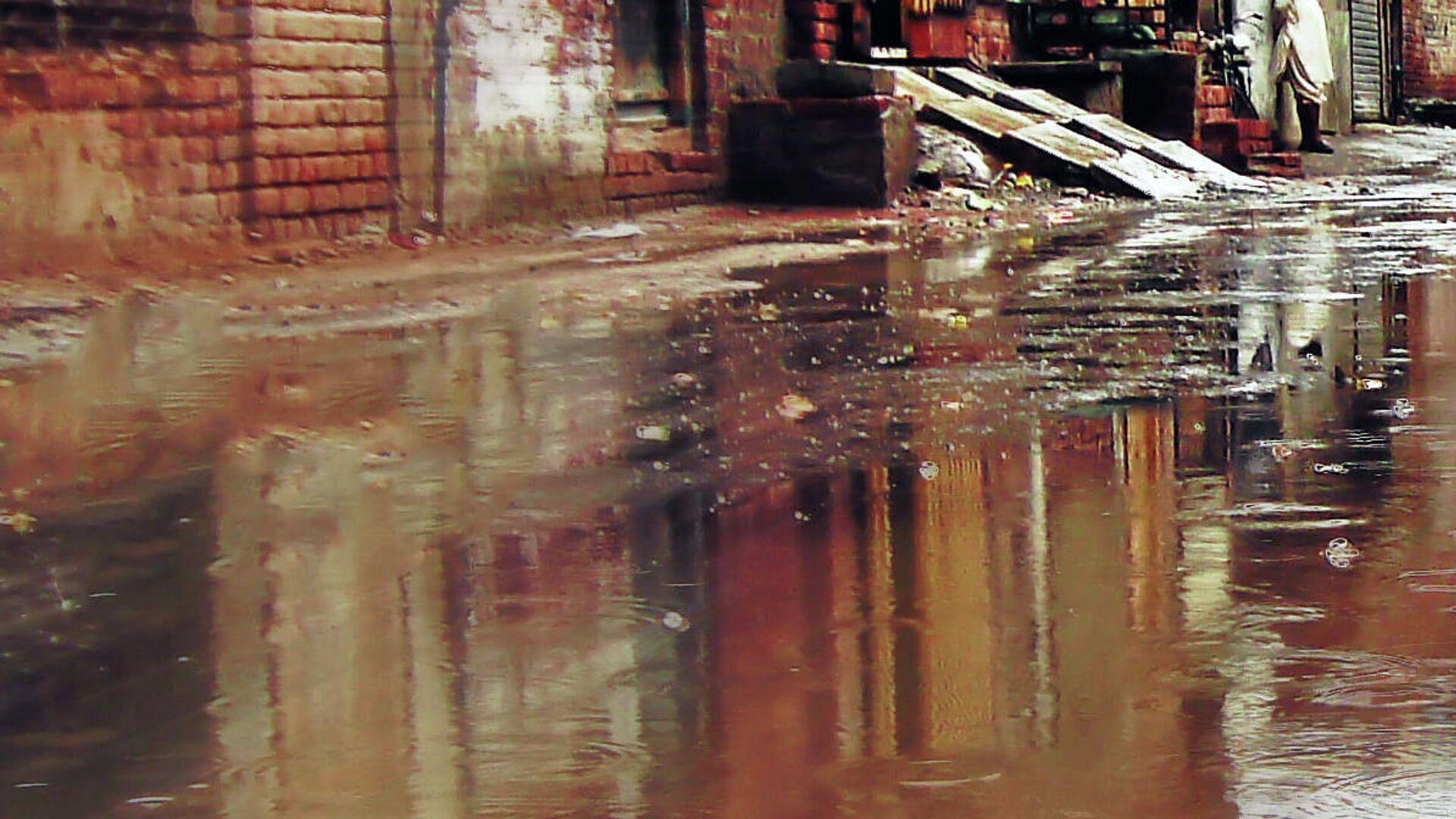 Потоки мутной воды на улице. Иллюстративное фото - Sputnik Узбекистан, 1920, 07.08.2021