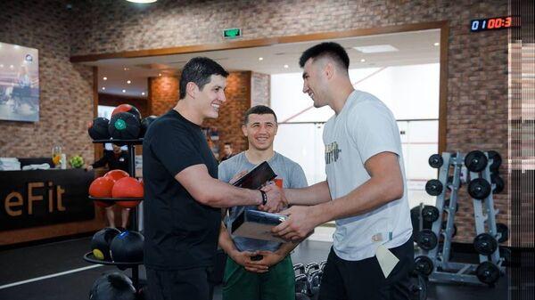 Otabek Umarov pozdravil  Baxodira Djalolova - Sputnik Oʻzbekiston