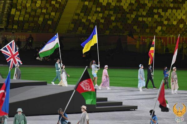 Yopilish marosimida Oʻzbekiston bayroqdori ogʻir atletikachi, oltin medal sohibi Akbar Joʻrayev boʻldi - Sputnik Oʻzbekiston