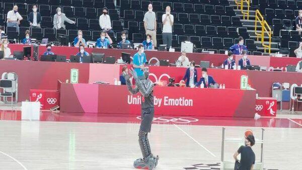 Робот показал баскетбольное мастерство в перерыве финала Олимпиады - Sputnik Узбекистан