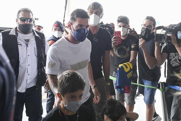"""Экс-участник """"Барселоны"""" Лионель Месси со своей семьей прибывает в аэропорт Эль-Прат в Барселоне. - Sputnik Узбекистан"""