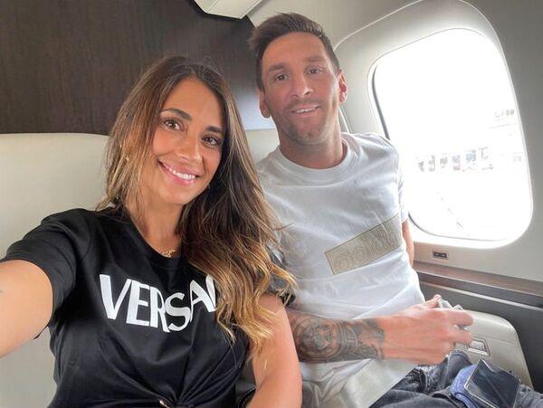 Аргентинский футболист Лионель Месси и его жена Антонела Рокуццо позируют в своем частном самолете по пути в Париж. - Sputnik Узбекистан