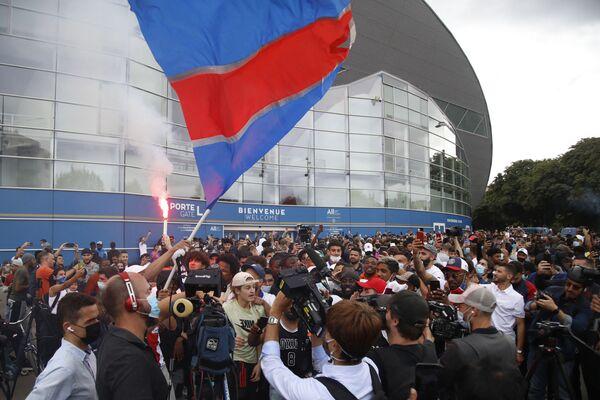 Фанаты возле стадиона Парк де Пренс в ожидании прибытия Лионеля Месси. - Sputnik Узбекистан