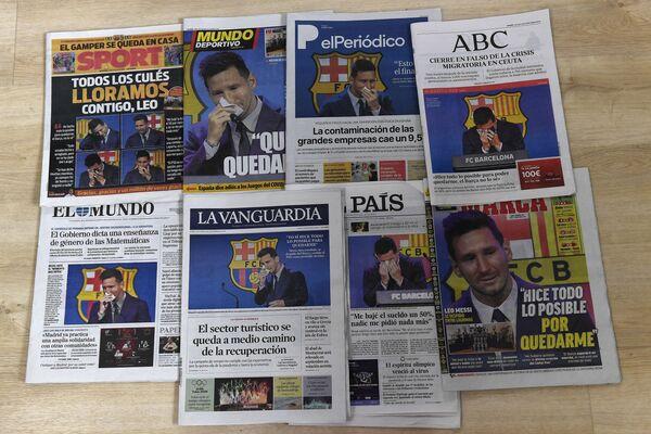 Первые полосы испанских газет, на которых аргентинский форвард Лионель Месси плачет во время пресс-конференции в Барселоне. - Sputnik Узбекистан