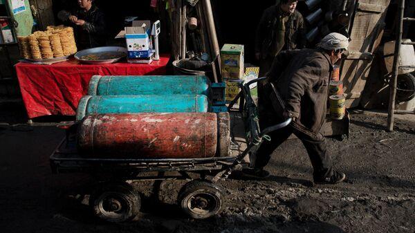 Мужчина перевозит газовые баллоны. Кабул, Афганистан - Sputnik Ўзбекистон
