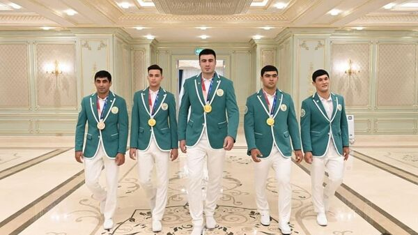 Встреча Президента Шавката Мирзиёева со спортсменами, участвовавшими в Токийской Олимпиаде, их родителями и тренерами. - Sputnik Ўзбекистон