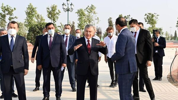 Шавкат Мирзиёев на месте строительства парка Новый Узбекистан  - Sputnik Узбекистан