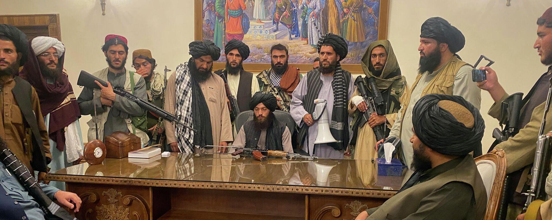Boyeviki Talibana v prezidentskom dvortse v Kabule, Afganistan - Sputnik Oʻzbekiston, 1920, 22.09.2021