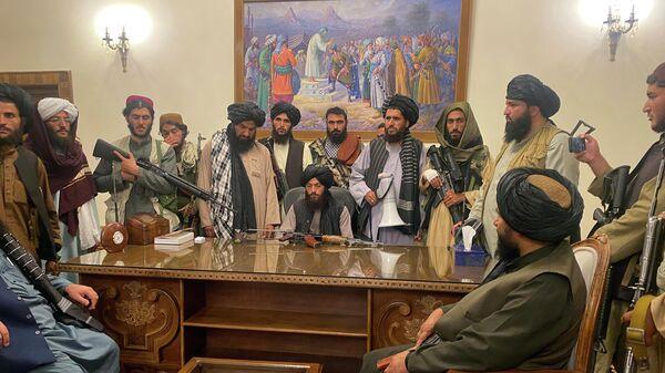 Boyeviki Talibana v prezidentskom dvortse v Kabule, Afganistan - Sputnik Oʻzbekiston