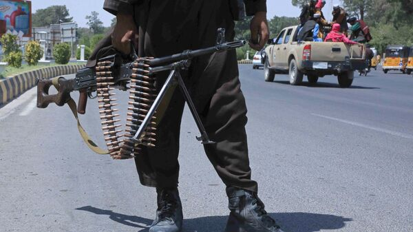 Боевик Талибана* на улице в афганском городе Герат - Sputnik Ўзбекистон
