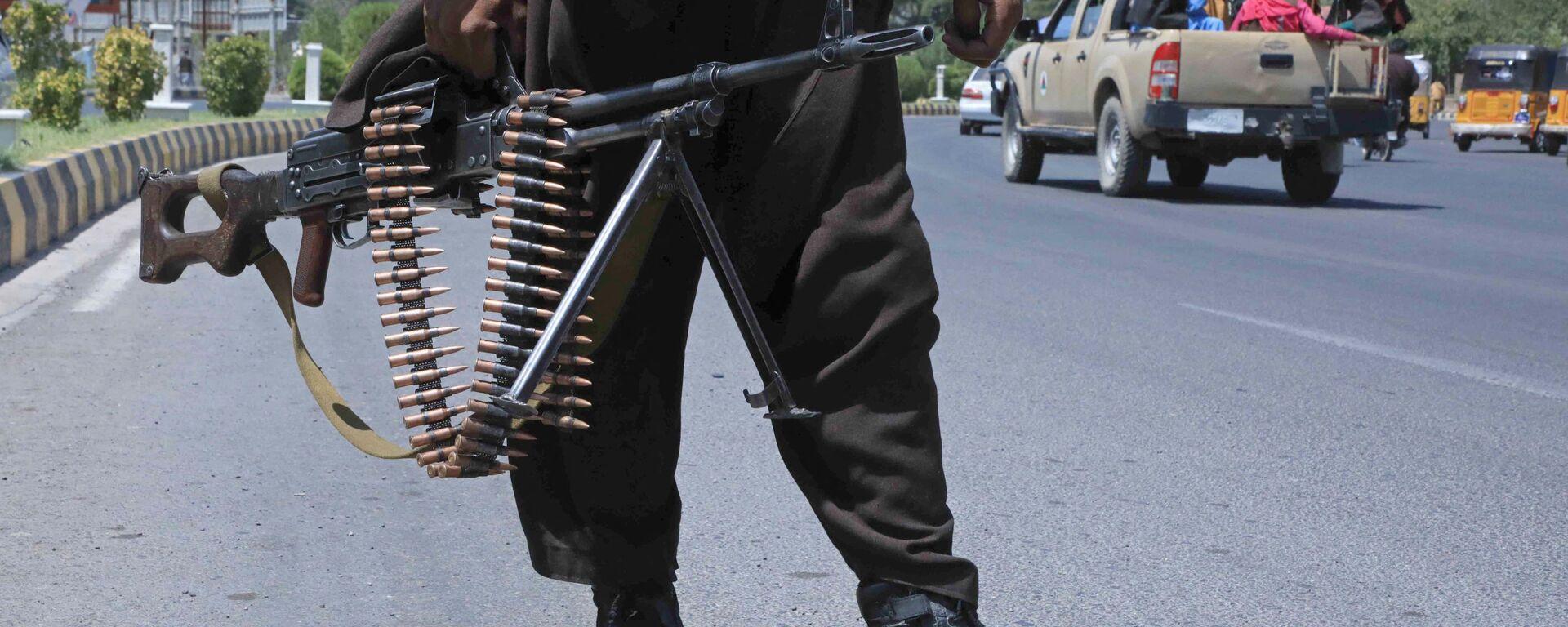 Боевик Талибана* на улице в афганском городе Герат - Sputnik Узбекистан, 1920, 16.08.2021