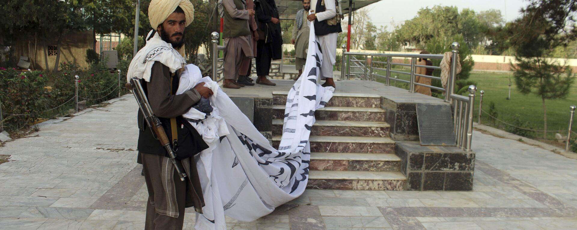 Боевики Талибан* поднимают свой флаг в городе Газни  - Sputnik Узбекистан, 1920, 18.08.2021