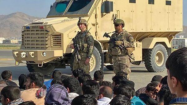 Afganskiye jiteli naprotiv amerikanskix soldatov v aeroportu Kabula  - Sputnik Oʻzbekiston